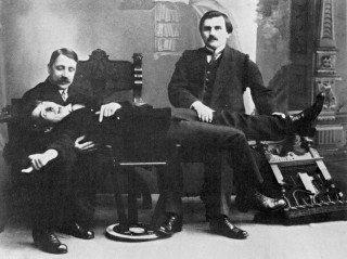 Los autores. Matiushin, Maliévich y Kruchónij (acostado).